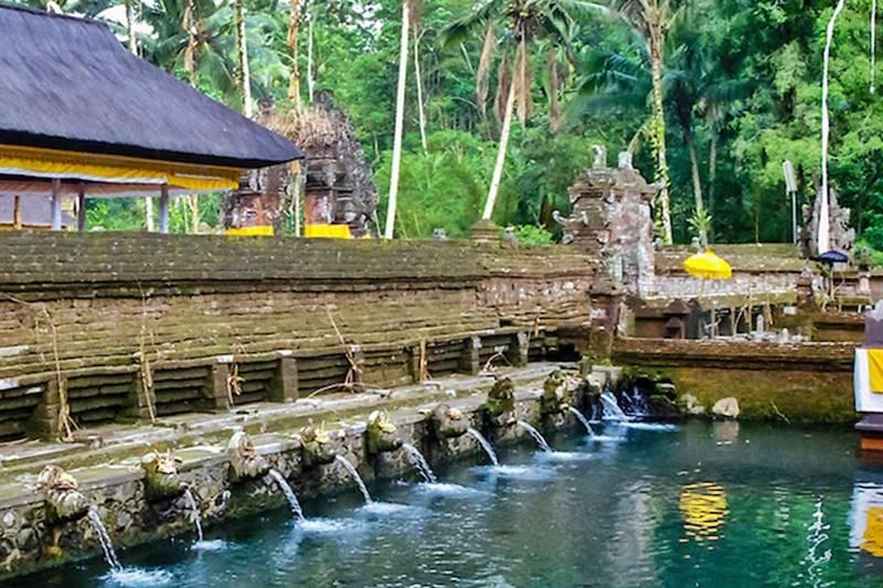 Mengunjungi Pura Tirta Empul Yang Terkenal Dengan Sumber Mata Air Sucinya