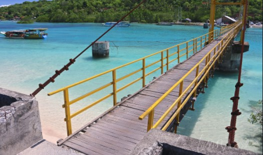 Mengunjungi Jembatan Kuning Yang Ikonik di Nusa Lembongan
